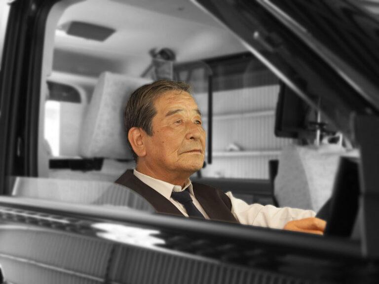 前を見つめる先輩ドライバー